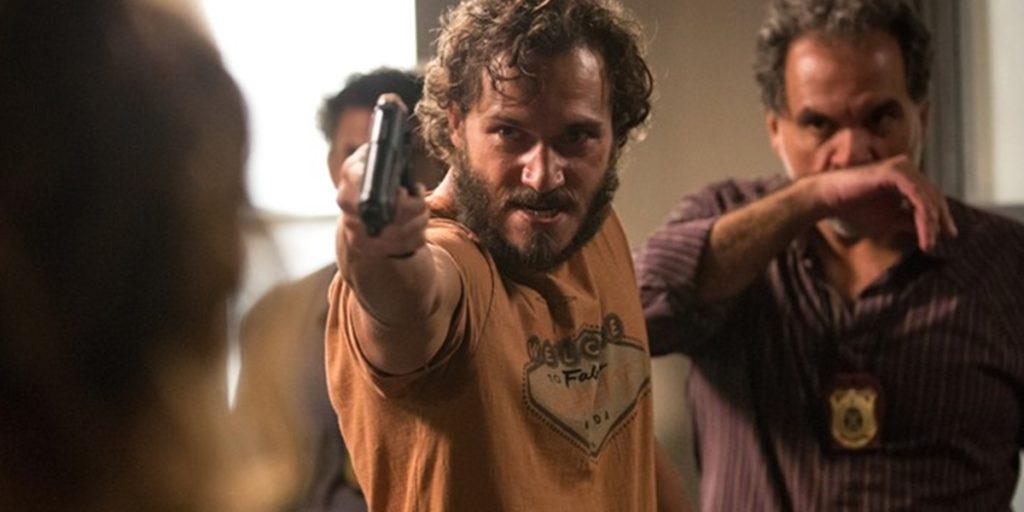 Dino (Paulo Rocha) ameaça mocinha com arma em Totalmente Demais (Foto: Fabiano Battaglin/Globo)