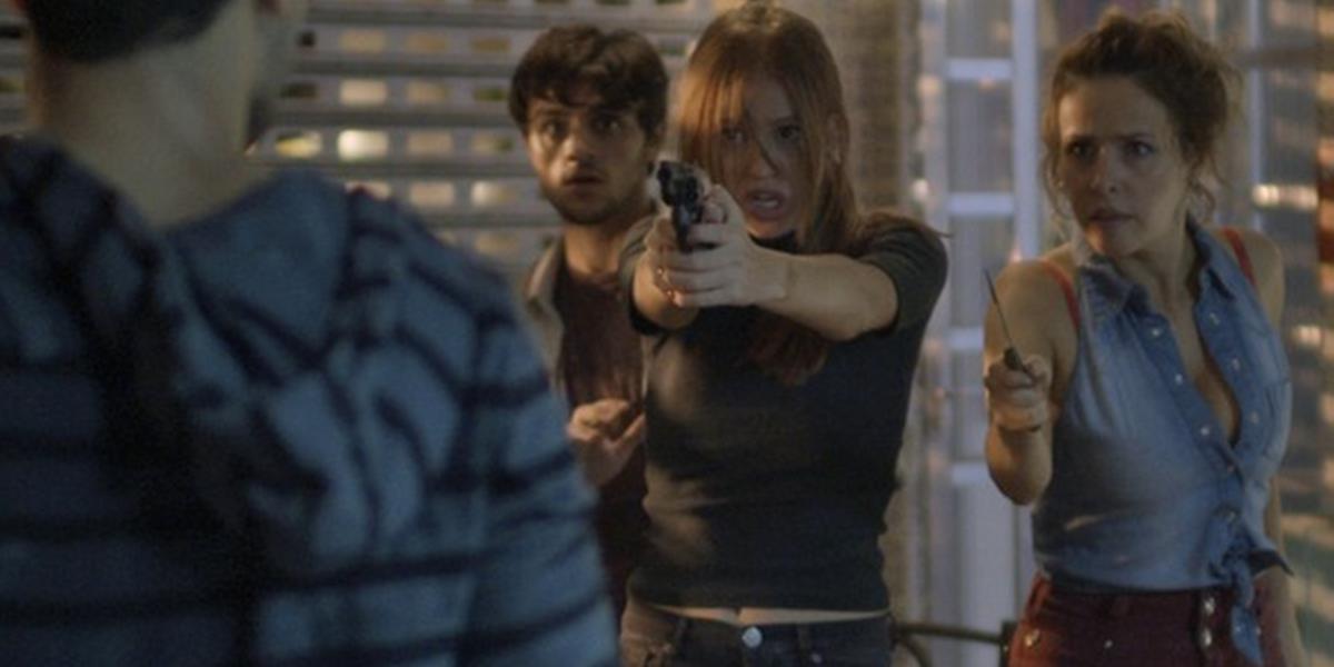 Eliza (Marina Ruy Barbosa) ameaça Jacaré (Sergio Malheiros) com arma em Totalmente Demais (Foto: Reprodução/Globo)