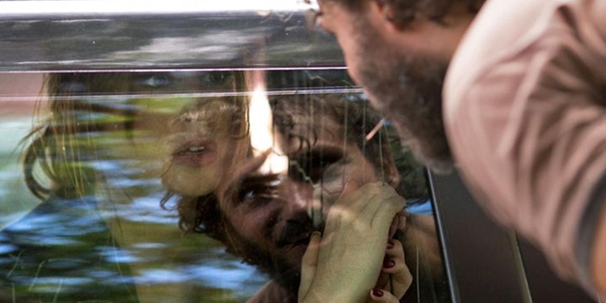 Eliza (Marina Ruy Barbosa) é levada para a cadeia e Dino (Paulo Rocha) se vangloria em Totalmente Demais (Foto: Fabiano Battaglin/Globo)