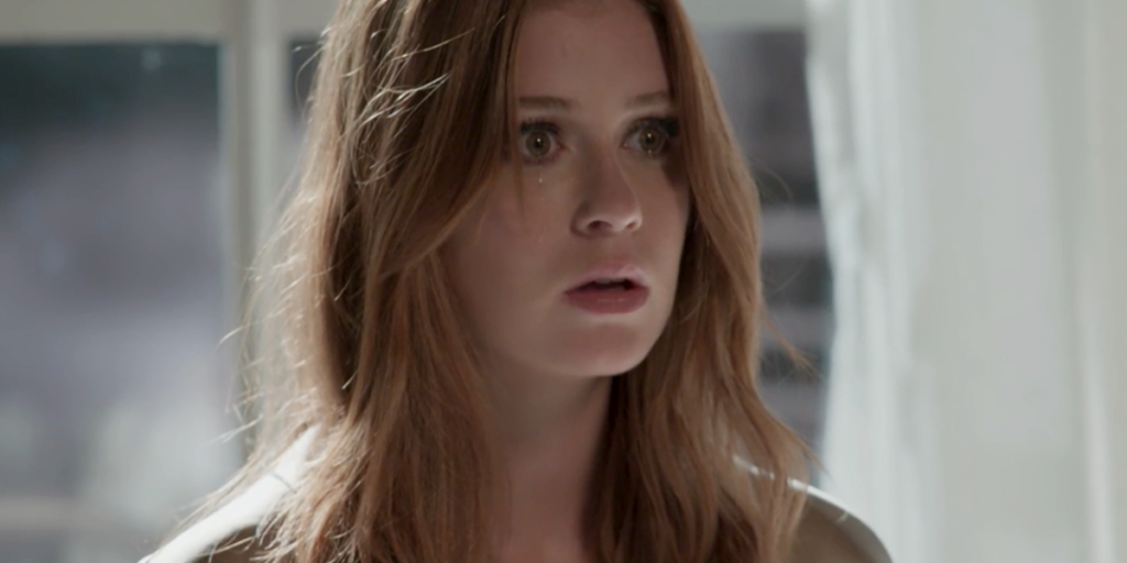Eliza (Marina Ruy Barbosa) fica apavorada ao flagrar o vilão a espionando em Totalmente Demais (Foto: Reprodução/Globo)