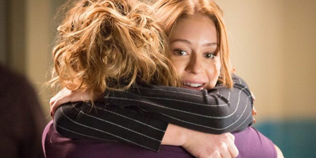 Eliza (Marina Ruy Barbosa) abraça Gilda (Leona Cavalli) após deixar a prisão em Totalmente Demais (Foto: Fabiano Battaglin/Globo)