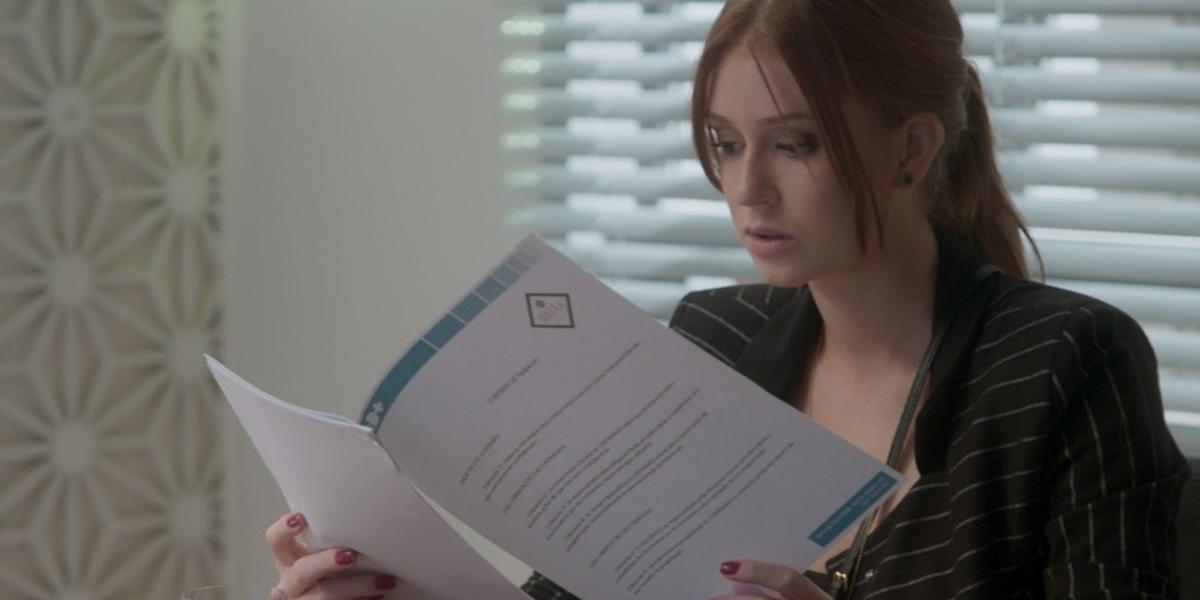 Eliza (Marina Ruy Barbosa) assina contrato após vencer concurso Totalmente Demais (Foto: Reprodução/Globo)