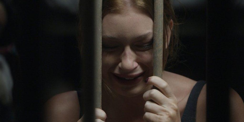 Eliza (Marina Ruy Barbosa) é presa em Totalmente Demais (Foto: Reprodução/Globo)