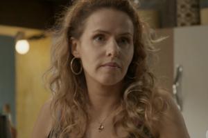 Gilda (Leona Cavali) entregará os podres do marido bandido em Totalmente Demais (Foto: Reprodução/Globo)