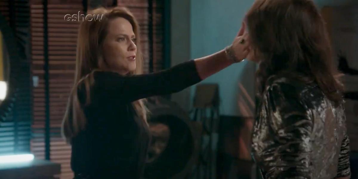 Lili (Vivianne Pasmanter) agride Carolina (Juliana Paes) com tapa na cara em Totalmente Demais (Foto: Reprodução/Globo)