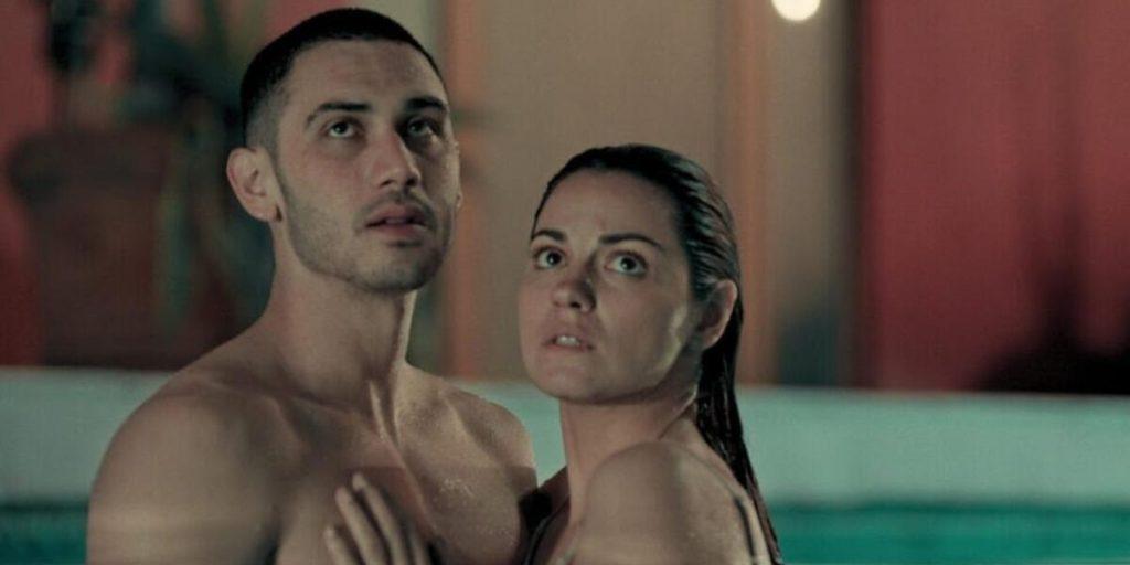 Maite Perroni se relaciona com aluno em nova série da Netflix. (Foto: Divulgação)