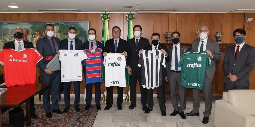 Bolsonaro com dirigentes de clubes de futebol. (Foto: Divulgação)