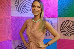 Lígia Mendes posa no estúdio do Triturando, programa de fofocas da RedeTV! (foto: Divulgação/RedeTV!)