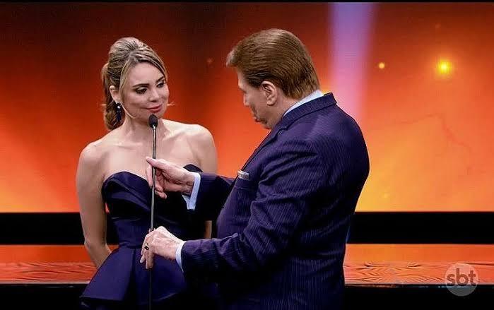 Rachel Sheherazade divide o palco do Troféu Imprensa com Silvio Santos (foto: Reprodução/SBT)