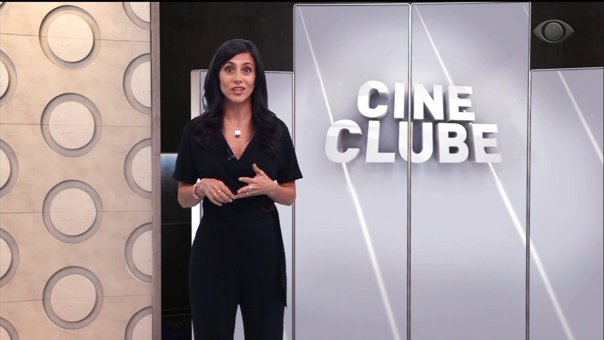 Marina Person posa no estúdio virtual do Cine Clube (foto: Reprodução/Band)