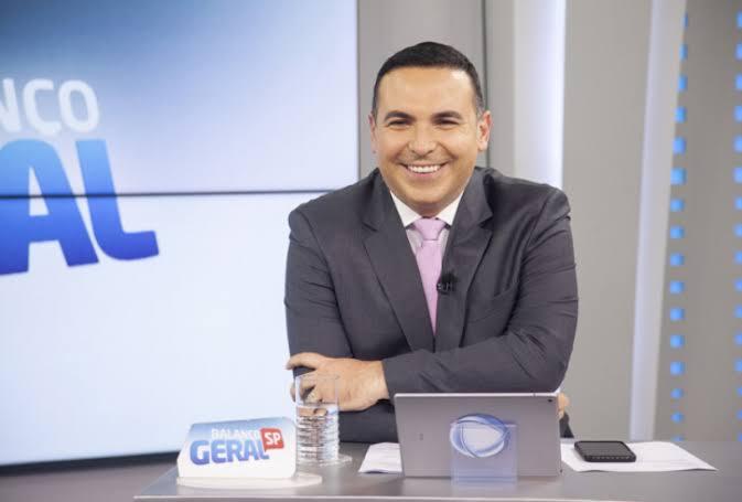 Reinaldo Gottino posa no estúdio do Balanço Geral SP (foto: Divulgação/Record TV)