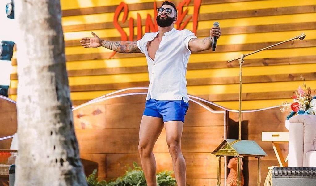 Gusttavo Lima deixou os pernões de fora durante sua live (Foto: Reprodução)