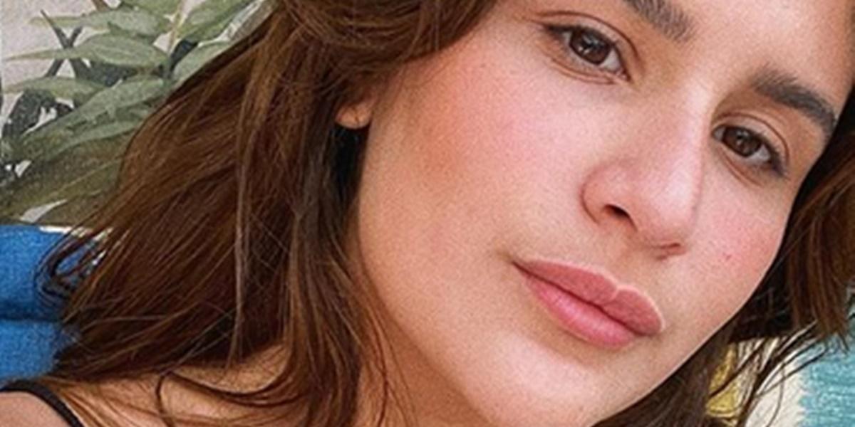 Giulia Costa surgiu de short curtinho em fotos (Imagem: Reprodução)