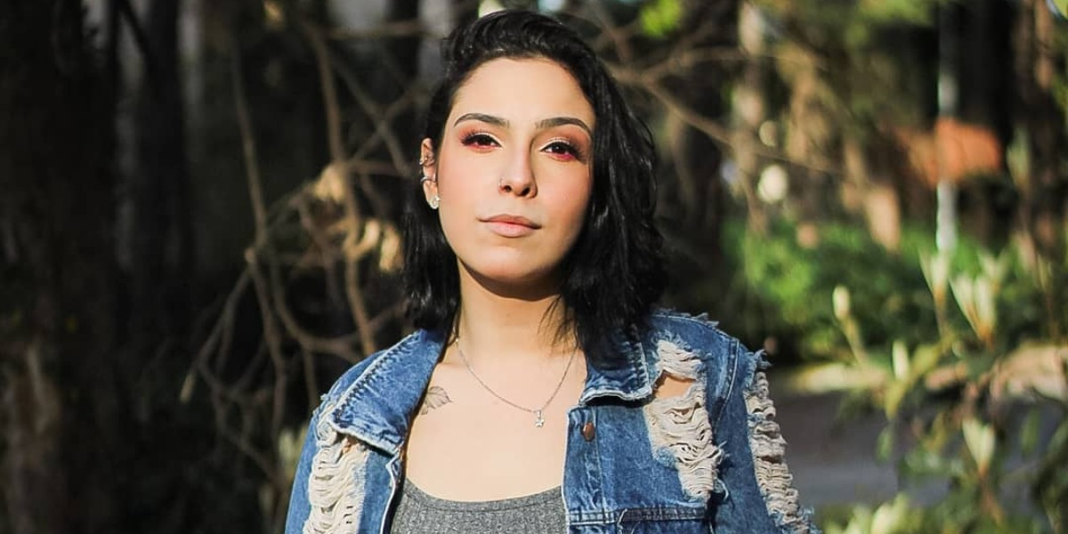 Isabela Tibcherani surgiu completamente diferente no programa A Tarde é Sua (Foto: Reprodução/Instagram)