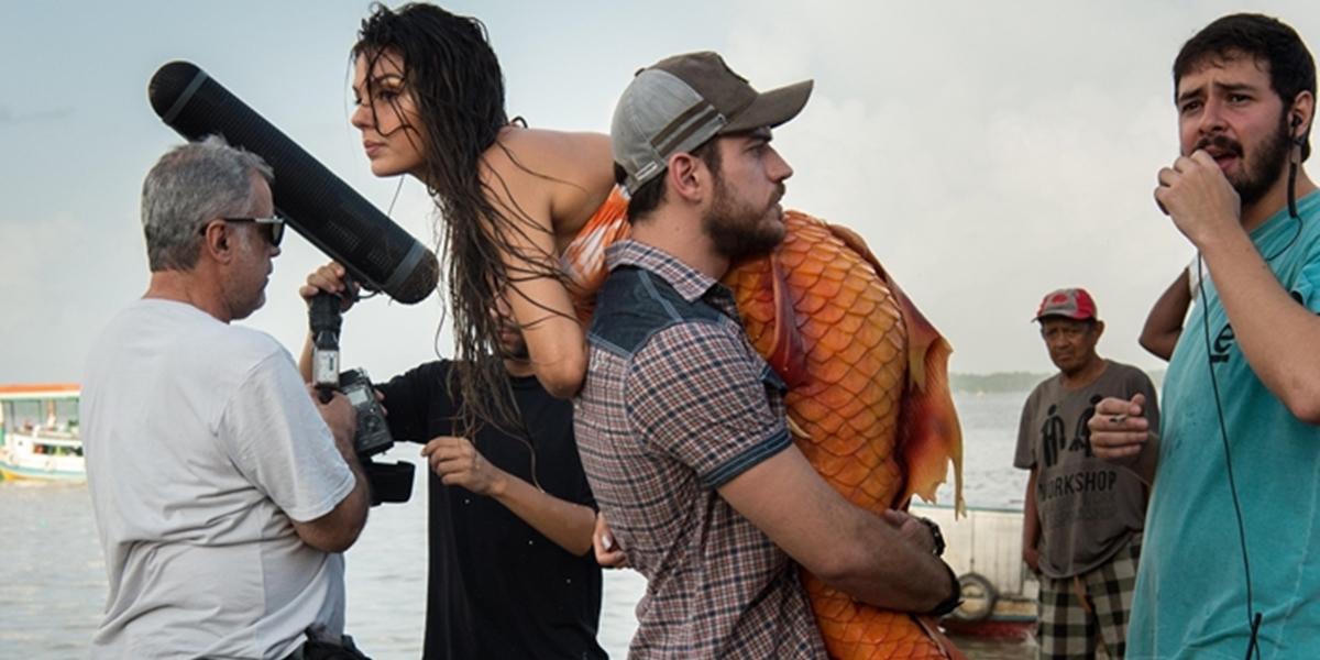 Ritinha (Isis Valverde) é carregada por Zeca (Marco Pigossi) em A Força do Querer (Foto: Globo/Estevam Avellar)