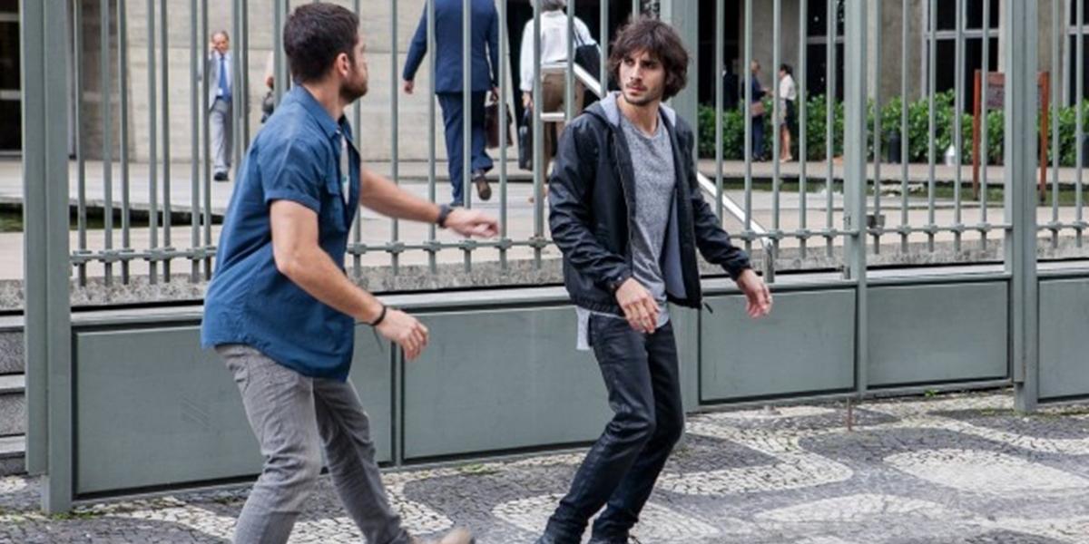 Zeca (Marco Pigossi) tem briga em acerto de contas com Ruy (Fiuk) por causa de Ritinha (Isis Valverde) em A Força do Querer (Foto: Divulgação/Globo)