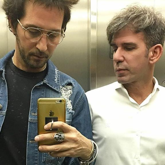 Em rara aparição ao lado do amado, Arlindo Grund, apresentador do Esquadrão da Moda, celebrou o amor nas redes sociais (Foto: Reprodução)