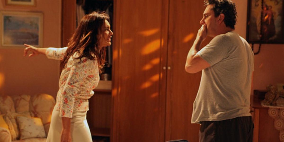 Celeste (Dira Paes) coloca Baltazar (Alexandre Nero) no olho da rua em Fina Estampa (Foto: Reprodução/Globo)