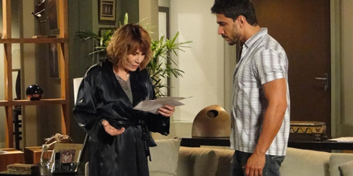 Danielle (Renata Sorrah) recebe processo movido por Beatriz (Monique Alfradique) em Fina Estampa (Foto: Reprodução/Globo)
