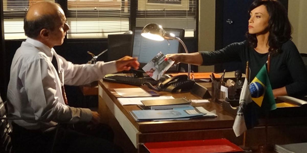 Delegado vê a foto da assassina de Marcela (Suzana Pires) e confirma que é Tereza Cristina (Christiane Torloni) (Foto: Reprodução/Globo)