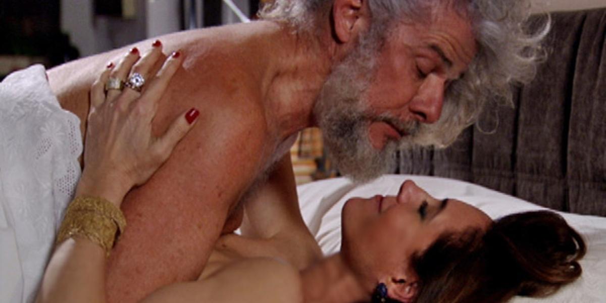 Tereza Cristina (Christiane Torloni) vai para a cama com Pereirinha (José Mayer) após flagra em Fina Estampa (Foto: Reprodução/Globo)