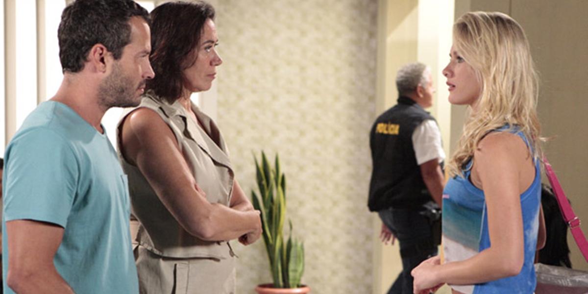 Quinzé (Malvino Salvador) e Griselda (Lilia Cabral) encontram a mulher misteriosa na delegacia em Fina Estampa (Foto: Reprodução/Globo)