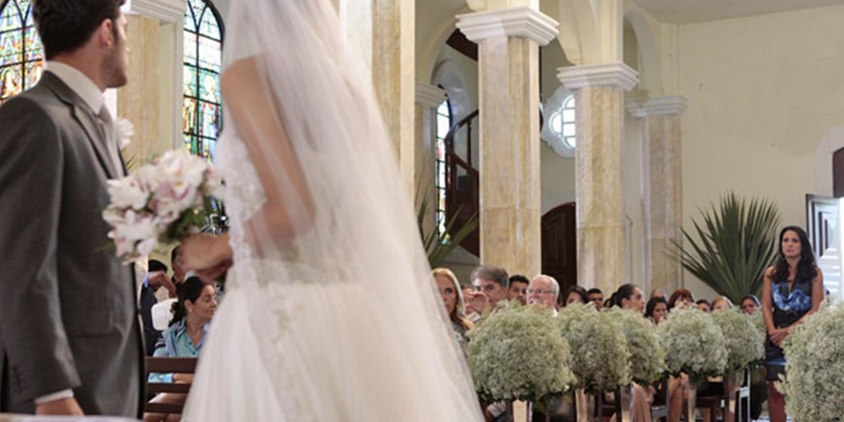 Zuleika (Juliana Knust) invade casamento de Amália (Sophie Charlotte) e Rafael (Marco Pigossi) (Foto: Reprodução/Globo)