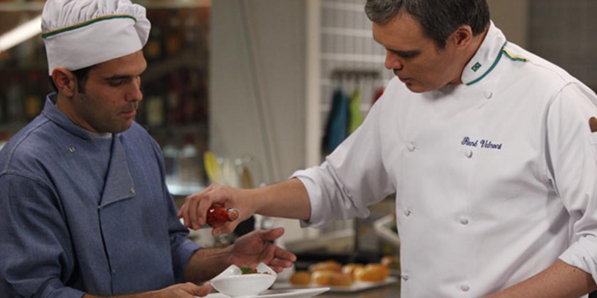 René (Dalton Vigh) joga pimenta na comida de Tereza Cristina (Christiane Torloni) em Fina Estampa (Foto: Divulgação/Globo)
