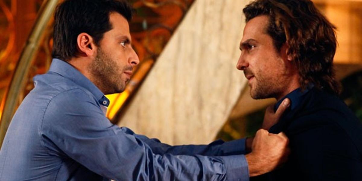 Cassiano (Henri Castelli) e Alberto (Igor Rickli) em cena de Flor do Caribe (Foto: Divulgação/Globo)