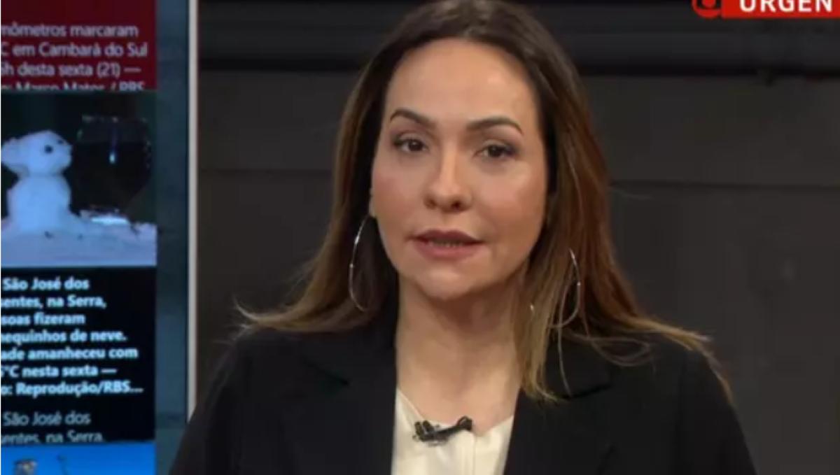 Maria Beltrão canta música do Latino na GloboNews (Foto: Reprodução)