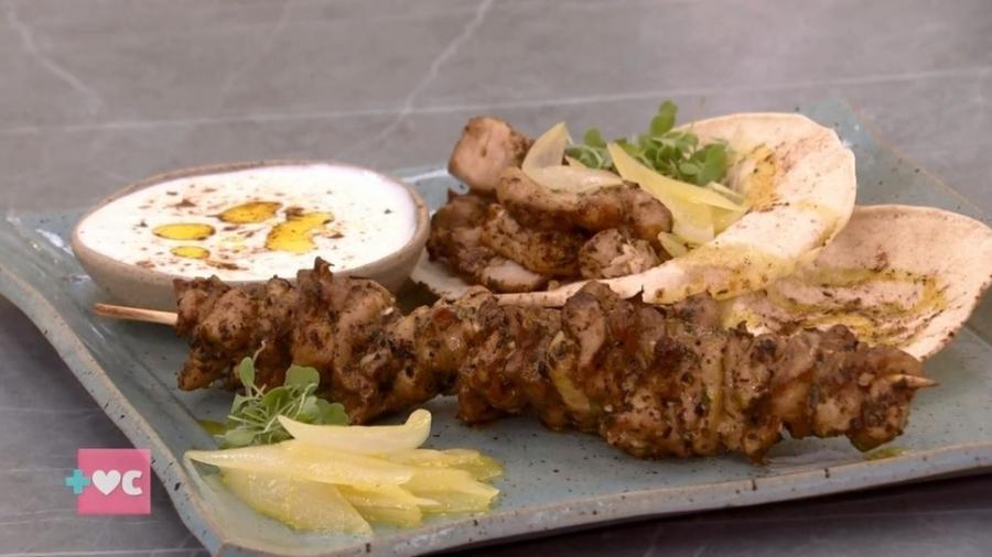 kebab de frango no espeto com molho de laranja feito por Ana Maria Braga no Encontro (Foto: Reprodução)