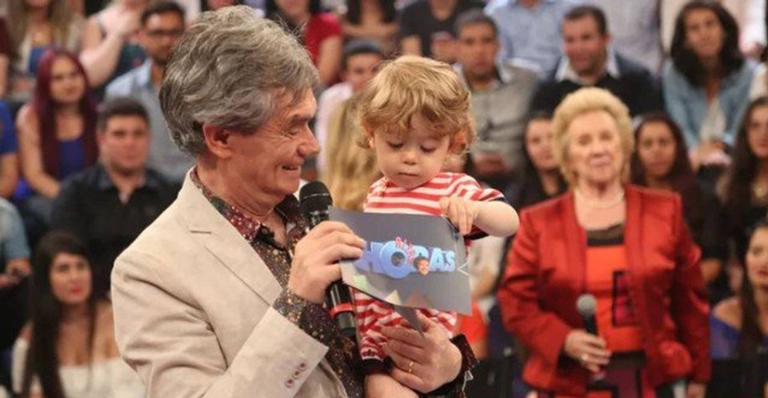 Serginho Groismann segurando o filho no colo (Foto: Reprodução)