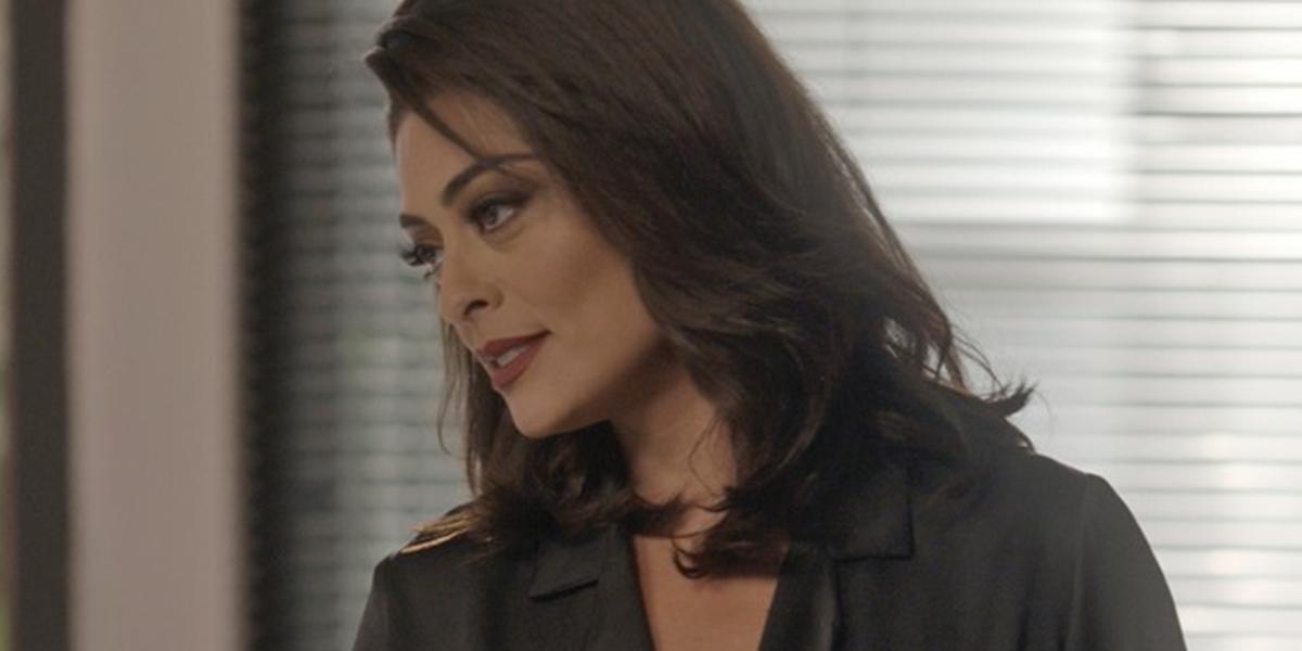 Carolina (Juliana Paes) acusa funcionária pelo vazamento de fotos em Totalmente Demais (Foto: Reprodução/Globo)