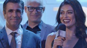 Carolina (Juliana Paes) é anunciada por Hugo (Orã Figueiredo) como nova diretora da revista em Totalmente Demais (Foto: Reprodução/Globo)