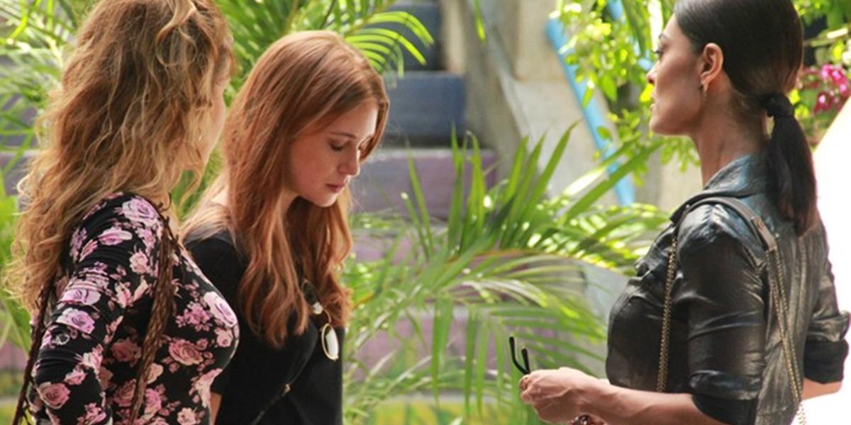 Carolina (Juliana Paes) revela à Eliza (Marina Ruy Barbosa) que ela foi uma aposta de Arthur (Fábio Assunção) em Totalmente Demais (Foto: Divulgação/Globo)
