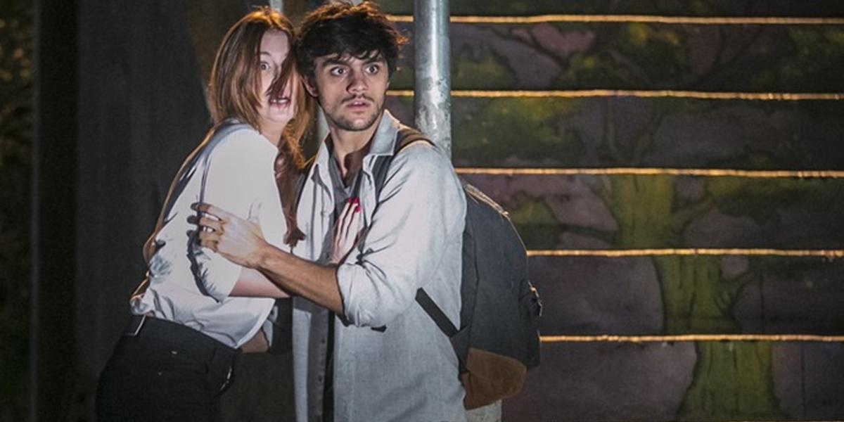 Eliza (Marina Ruy Barbosa) e Jonatas (Felipe Simas) ficam apavorados com perseguição em Totalmente Demais (Foto: Inácio Moraes/Globo)