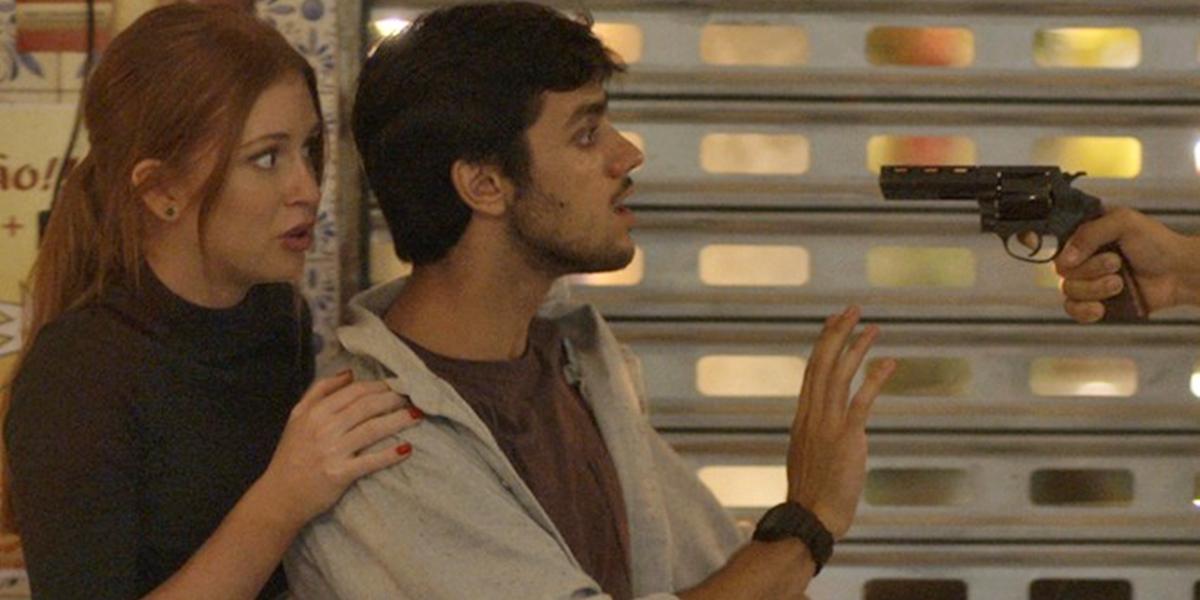 Eliza (Marina Ruy Barbosa) e Jonatas (Felipe Simas) são ameaçados de morte por bandido em Totalmente Demais (Foto: Reprodução/Globo)