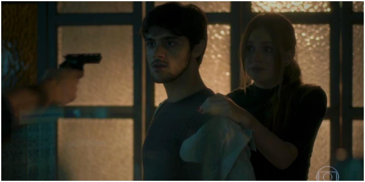Jonatas e Eliza na mira de bandidos em Totalmente Demais - Foto: Reprodução