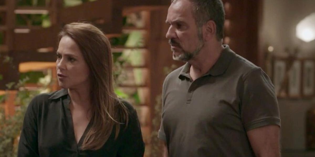 Lili (Vivianne Pasmanter) e Germano (Humberto Martins) descobrem que a filha é bandida em Totalmente Demais (Foto: Reprodução/Globo)