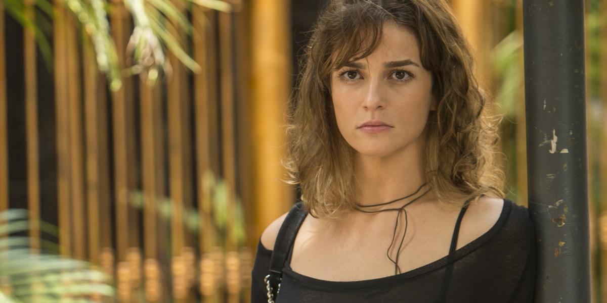 Sofia (Priscila Steinman) em cena de Totalmente Demais; vilã dopa a família para roubar cofre (Foto: Globo/João Cotta)
