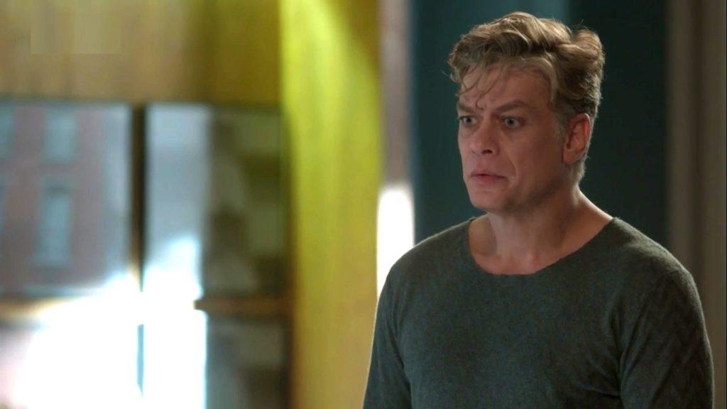 Arthur (Fabio Assunção) em choque na novela Totalmente Demais