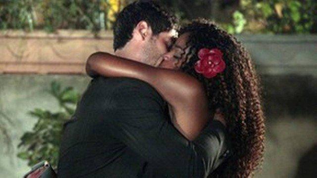 Dagmar e Wallace se beijam em Fina Estampa