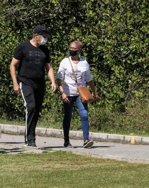 O marido de Natasha Dantas foi flagrado em um momento de lazer (Foto: Daniel Delmiro/ Ag News)