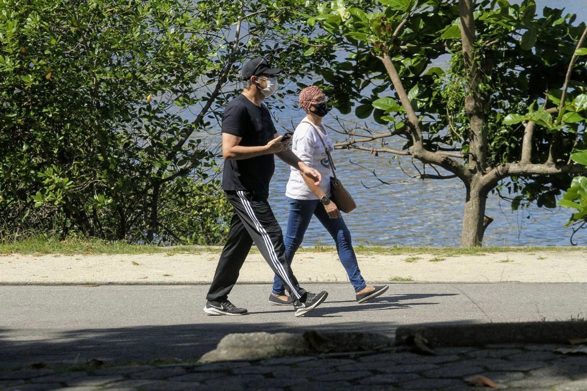 William Bonner foi flagrado fazendo uma caminhada ao lado de uma amiga (Foto: Daniel Delmiro/ Ag News)