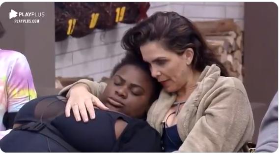 A Fazenda A cantora do hit Que Tiro Foi Esse dormiu em papo com Luiza Ambiel no reality show da Record TV (Foto: Reprodução/ Play PLus)