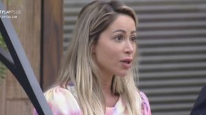 Carol Narizinho acabou deixando partes íntimas escapar em A Fazenda 12 e fez relato para colegas de confinamento (Foto: Reprodução)