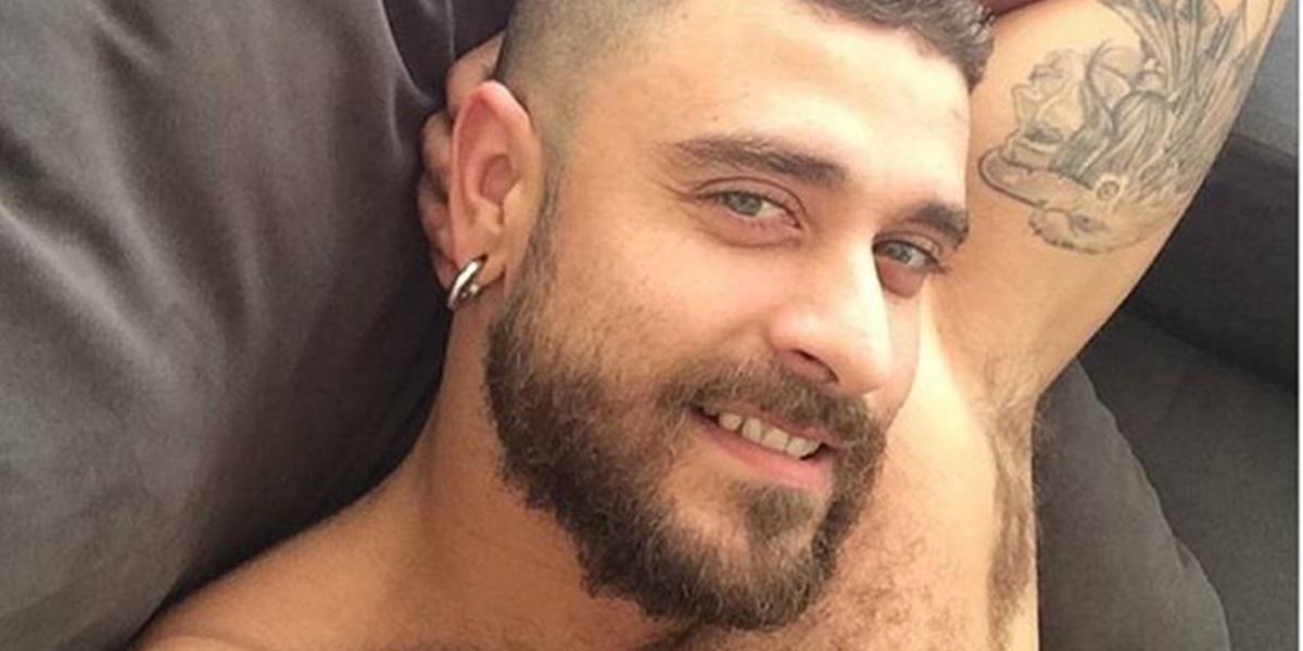 Diogo Nogueira apareceu em vídeo apenas de sunga ao lado de amigos (Foto: Reprodução)