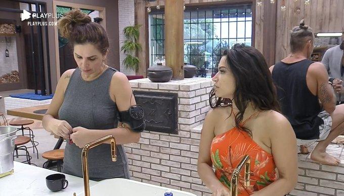 Raissa e Luiza debateram no reality da Record (Foto: Reprodução)