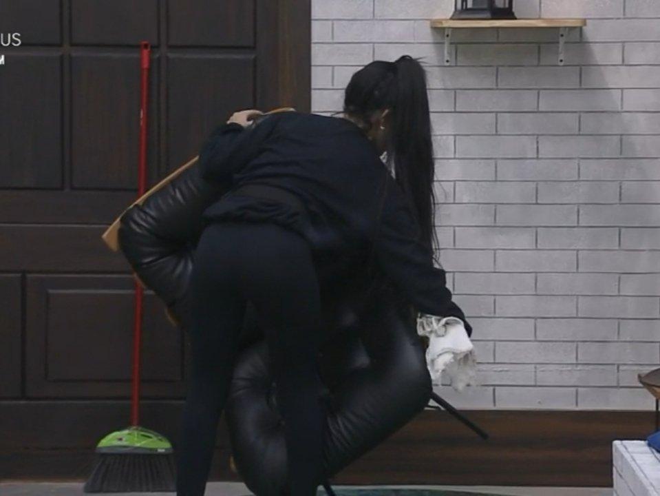 Mirella dando uma limpada em tudo no programa da Record (Foto: Reprodução)