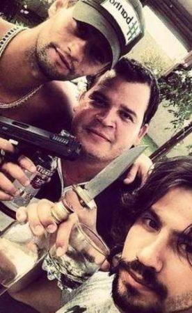 Foto de Mariano com armas e bebidas causou polêmica antes de entrada do sertanejo em A Fazenda 12 (Foto: Reprodução)
